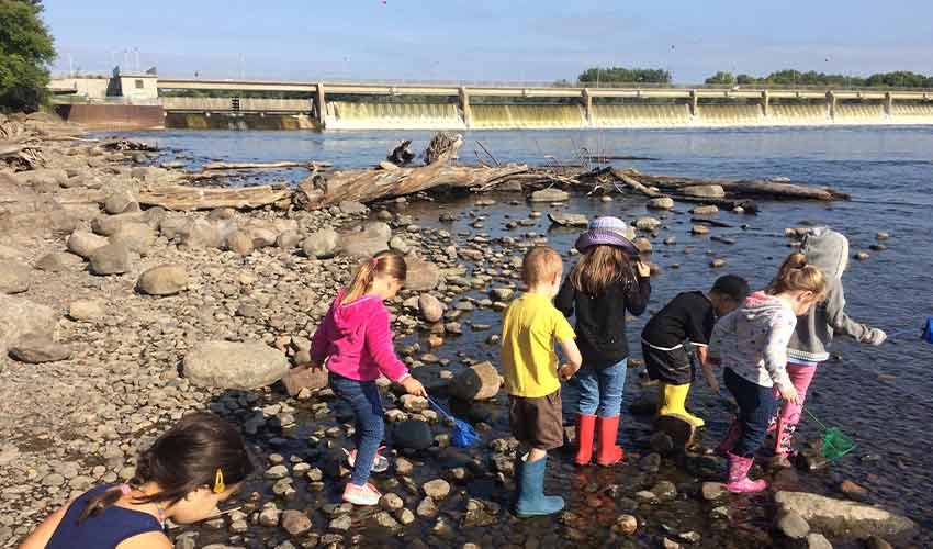 kids exploring along the mississippi river